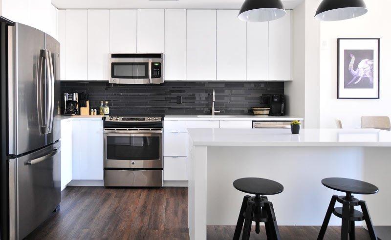 Montageservice einer weißen Küche